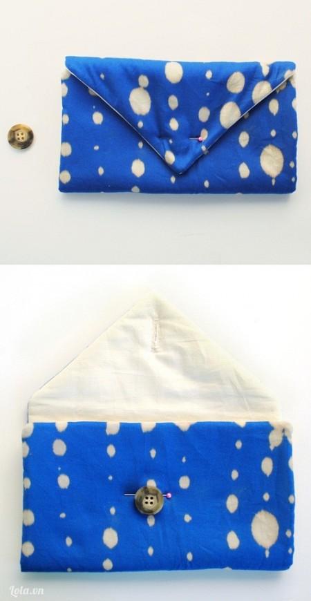 Gấp miếng vải lại để tạo hình chiếc ví và đánh dấu nút khóa của ví