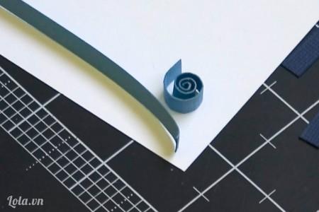 Dùng tay uốn cong một mảnh giấy tạo hình tròn