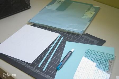 Cắt giấy màu thành những dải nhỏ