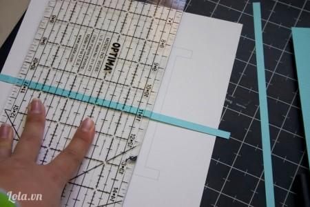 Đặt thước lên mảnh giấy