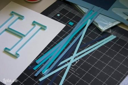 Cắt những mảnh giấy màu khác để làm họa tiết cho tranh