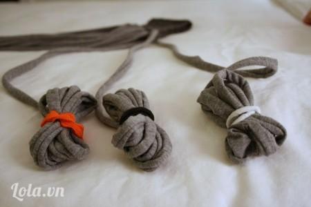 Nhặt 3 đoạn dây và dùng thun buộc phần đuôi
