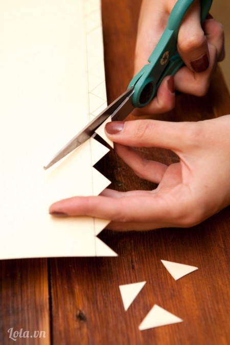 Cắt các giấy theo hình zích zắc tam giác mà bạn vừa cắt ra