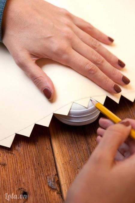 Đặt phần giấy zích zắc vừa cắt lên mũi giày và dùng bút chì vẽ theo hình.