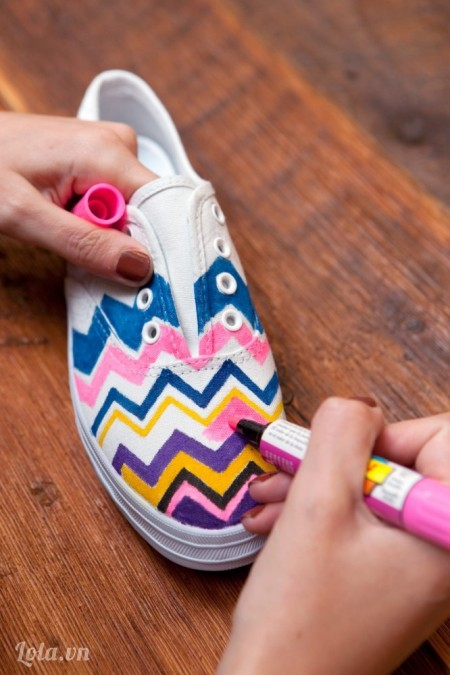 Dùng bút lông màu vẽ lên các đường zích zắc theo màu mà bạn thích, nhớ vẽ đan xen để nổi hơn nhé