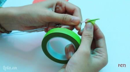 Dùng băng keo sáp quấn xung quanh dây kẽm để làm cành