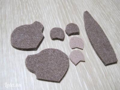 - Cắt vải dạ màu nâu thành 3 miếng phần đầu và 2 miếng phần tai. Cắt vải dạ xám thành 2 miếng làm tai của chú chuột.