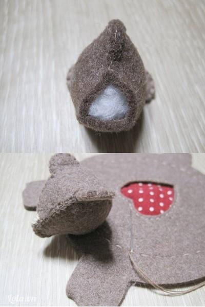- Nhồi bông vào phần đầu. Khâu cố định phần đầu lên giữa hai chân trước.