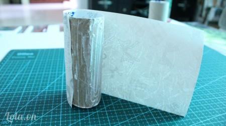 Bôi keo sữa xung quanh lõi khăn giấy và dán lại.