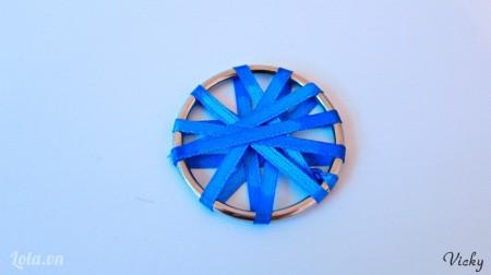 Quấn dây ruy băng quanh vòng tròn, các bạn quấn tùy ý, không cần theo hình dạng nào cả.