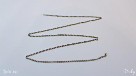 Cắt dây xích đồng thành 1 đoạn dài vừa đủ làm dây chuyền.