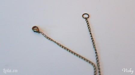 Gắn 1 khoen tròn và 1 khóa càng cua vào 2 đầu của sợi dây.