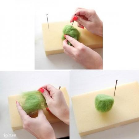 Lấy len màu xanh lá vo tròn thành 1 khối tròn. Sau đó dùng kim chọc đều để các sợi len kết dính với nhau, vừa chọc vừa tạo hình nữa khối tròn giống nữa quả kiwi nhé!