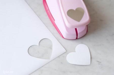 Cắt mô hình trái tim ra từ giấy sticker