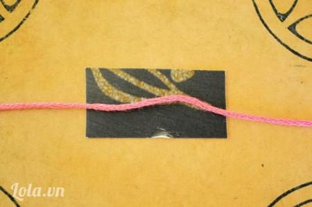 Đặt sợi chỉ trên một tờ giấy cứng