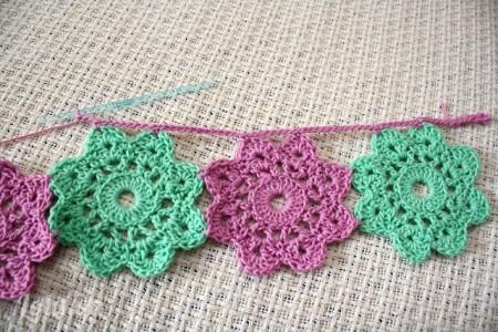 Bạn có thể làm dây treo bằng cách móc 12 mũi bính giữa mối nối của các miếng len. Chúc bạn thành công