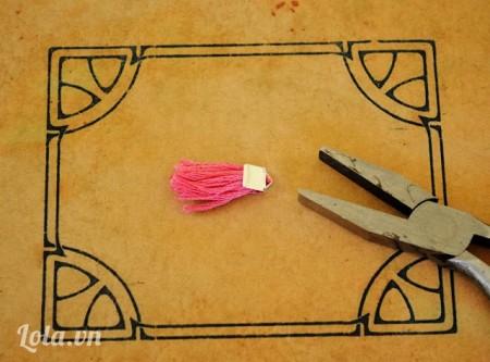 Dùng kéo cắt dưới chỉ và bỏ ra khỏi giấy
