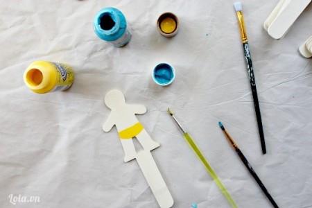 Vẽ và cắt giấy mô hình theo mẫu bé trai như hình bên.