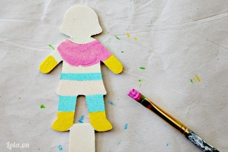 Tương tự ta cắt hình bé gái và tô màu arylic như hình