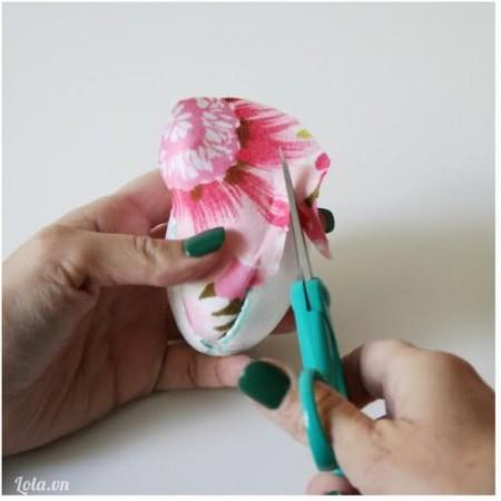 Sau khi vải đã khích với đường cắt rồi thì dùng kéo tỉa bỏ phần vải dư