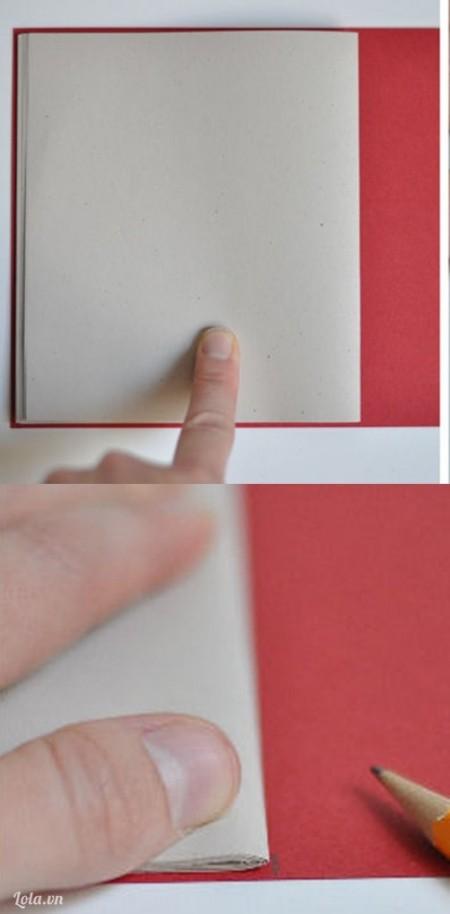 Đặt sắp giấy lên trên giấy bìa rồi dùng bút đánh dấu