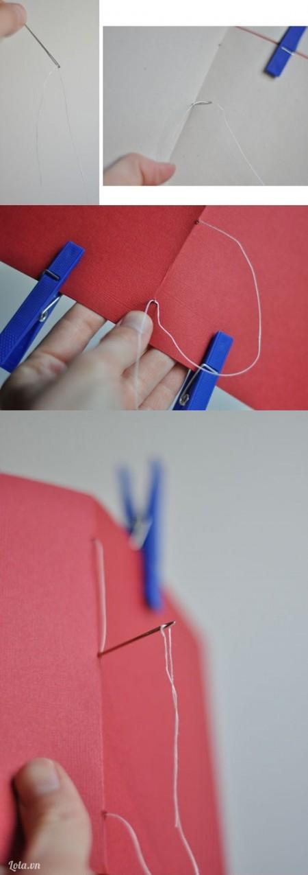 Dùng kim may dính các giấy với nhau theo hình, bắt đầu từ giữa quyển sổ