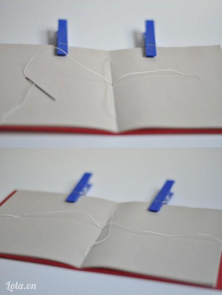 Sau đó buộc gút chỉ kết thúc lại cũng ở giữa quyển sổ