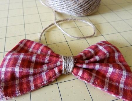 Lấy dây thừng buộc xung quanh vải lại thành chiếc nơ