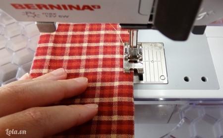 Đạp chỉ chỗ khoảng trống vải vừa chừa lúc nảy