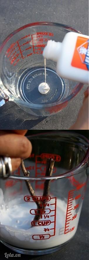 Bạn pha keo sữa ra một cái bình nhỏ vừa đủ