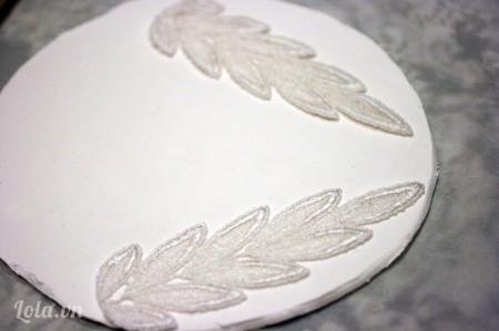Tiếp đến đặt hai miếng vải ren lên để trang trí đất sét