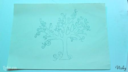 Vẽ hình 1 cái cây lên giấy ( bạn cũng có thể tìm hình mẫu rồi in ra)