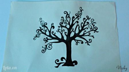 Dùng màu vẽ đen tô hết phần thân cây vừa vẽ.