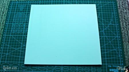 Cắt giấy bìa mô hình thành 1 mảnh có kích thước bằng với bức tranh của chúng ta nha!