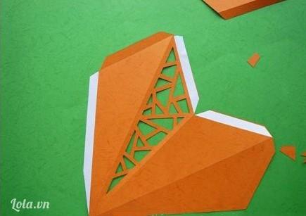 Gấp giấy theo các đường mép sau đó dán băng keo 2 mặt vào các mép như hình bên.