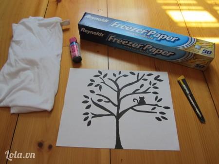 Vẽ mẫu hình cây lên trên tờ giấy