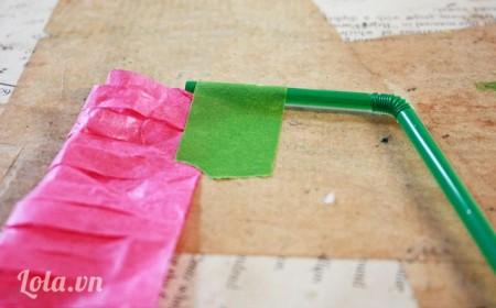 Dán giấy đã cắt vào ống hút như sau