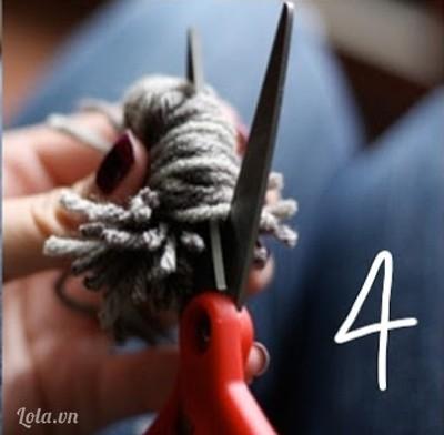 Cắt xung quanh bó len để tạo thành quả cầu. Sắp xếp lại nếu bạn thấy cần thiết