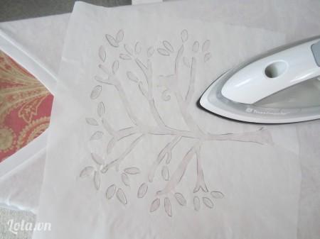 Kế tiếp đặt giấy lên áo, dùng bàn ủi ủi cho thẳng