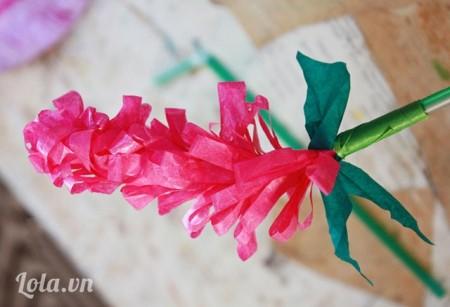 Lấy thêm giấy màu xanh lá cây làm lá cho hoa