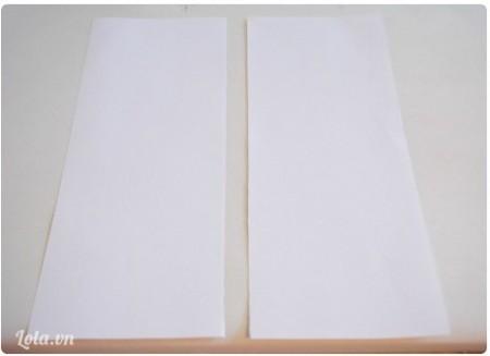 Cắt giấy ra làm đôi theo chiều thẳng đứng