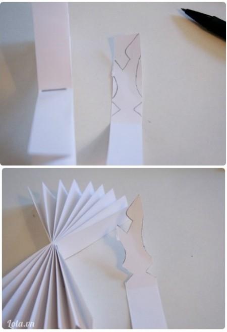Vẽ chi tiết hình bông tuyết lên 1 tờ giấy ( ý tường tùy bạn ), rồi cắt họa tiết đó ra