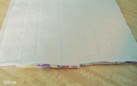 Đạp tiếp cho các vải dính lại, chừa lại một khoảng nhỏ để tí nữa mình luồng qia mặt phải của vải nhé