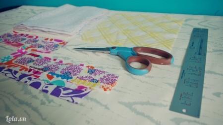 Cắt vải thành các hình chữ nhật lớn nhỏ theo hình
