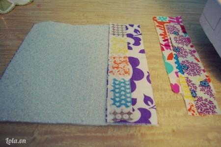 Xếp 2 lớp vải chồng lên nhau rồi sắp xếp các miếng vải nhỏ lên trên theo tầng