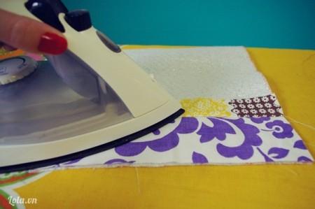 Sau khi khâu rồi thì dùng bàn ủi ủi cho vải thẳng