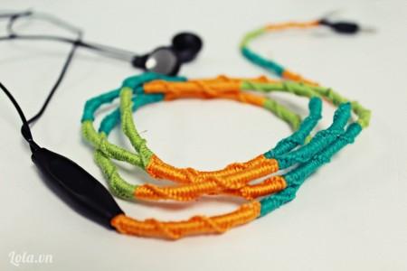 Sau khi thắt xong chúng ta sẽ được một chiếc dây tai nghe màu sắc và không đụng hàng rồi nhé!
