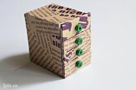 Cuối cùng các bạn dán thêm các hạt gỗ để làm tay cầm tủ nè! Sản phẩm hoàn thành dễ thương không nào