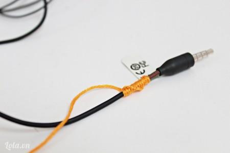Tương tự thắt tiếp tục xung quanh dây tai nghe. Các bạn cư thắt tiếp theo thì dây sẽ tạo nên các vòng xoắn xung quanh rất đẹp.