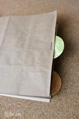Dán những tag vòng tròn đó lên các tờ giấy bìa màu. Sau khi xong bạn dán lên các tờ giấy màu đó hình ảnh, giấy báo, hay những ghi chú tùy bạn